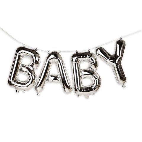 """Schriftzug """"BABY"""" aus silbernen Folienballons an einer Schnur zum Aufhängen."""
