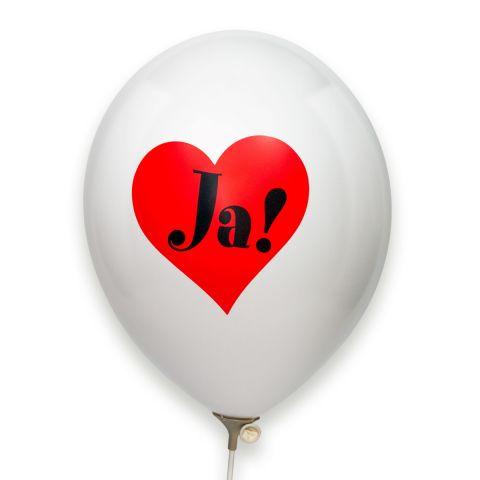 """Weißer Luftballon mit aufgedrucktem rotem Herz in dem """"Ja!"""" in schwarz steht."""