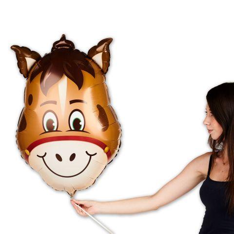 """Folienballon """"Pferdchen"""" in hellbraun, im Verhältnis zu sehen mit Person."""