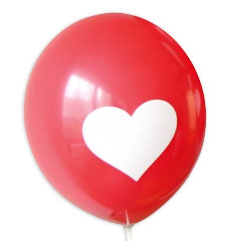 Roter Luftballon mit großem weißen Herz.