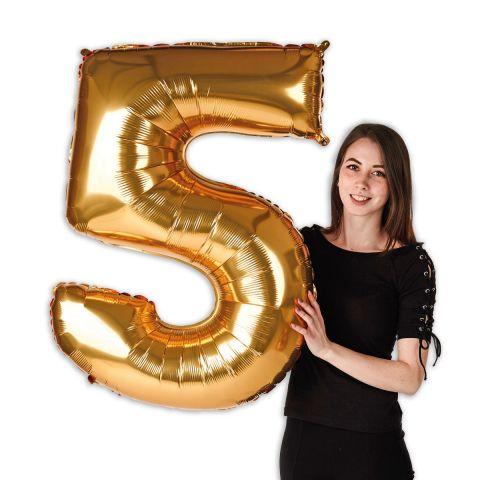 """Goldener Folienballon Zahl """"5"""" groß im Verhältnis zu einer Person zu sehen, die den Ballon hält."""